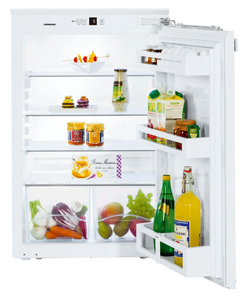 Geöffneter Einbaukühlschrank mit Lebensmitteln