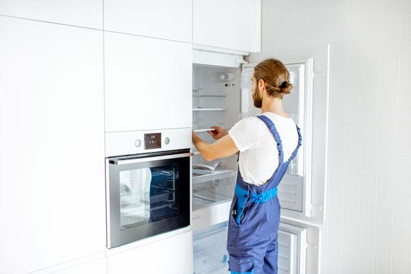 Montage von einem Einbaukühlschrank